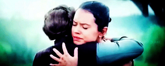 REY-LEIA-HUG